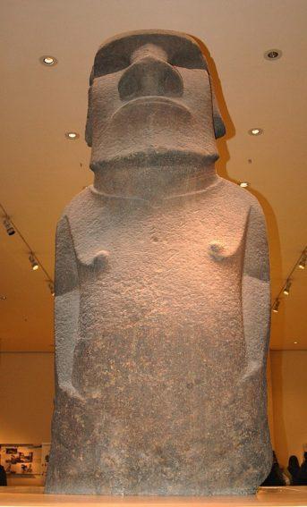 Hoa Hakananai'a standing in the British Museum. Image by Wikimedia user Fallschirmjäger [CC BY 3.0].